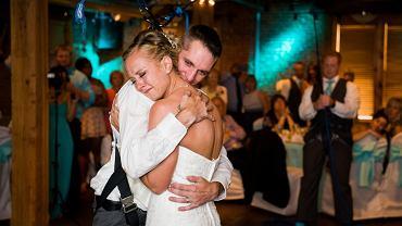 """""""Wszyscy w sali weselnej płakali"""". Mąż naprawdę zaskoczył żonę w dniu ślubu"""