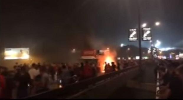 Płonący autokar Crveny Zvezdy Belgrad