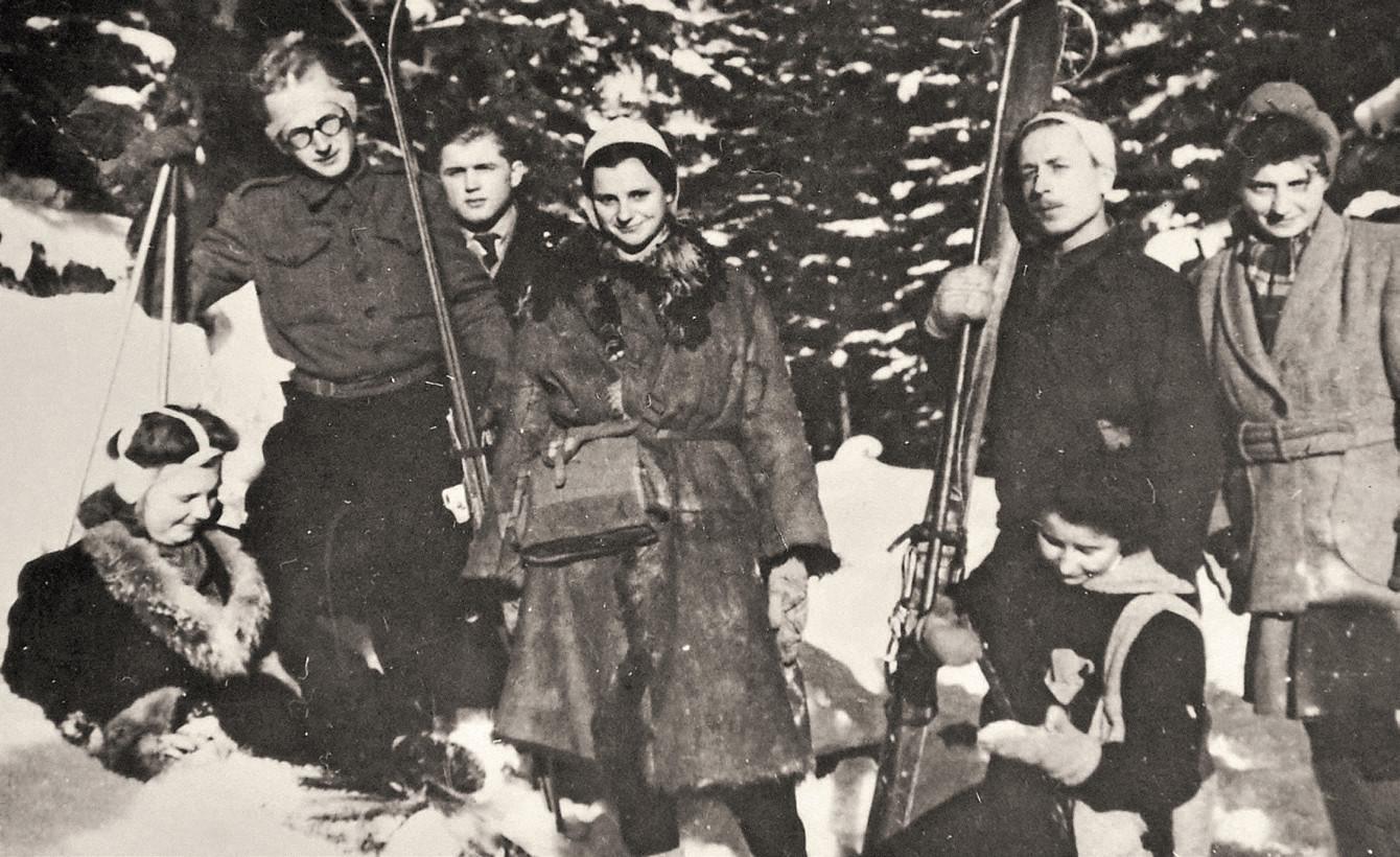 Pierwszy od lewej - Henryk Kozłowski 'Kmita', przyszły mąż 'Paulinki'. Ona sama stoi pośrodku (fot. materiały prasowe)