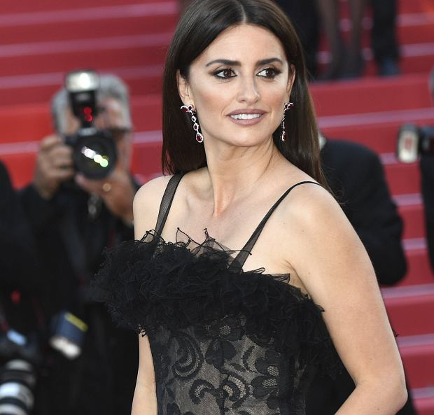 Actress Penelope Cruz poses for photographers upon arrival at the opening ceremony of the 71st international film festival, Cannes, southern France, Tuesday, May 8, 2018. (Photo by Arthur Mola/Invision/AP)