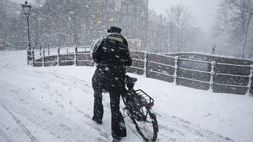 Zima paraliżuje zachodnią Europę. W Belgii po kolana śniegu na autostradach. Co czeka Polskę?