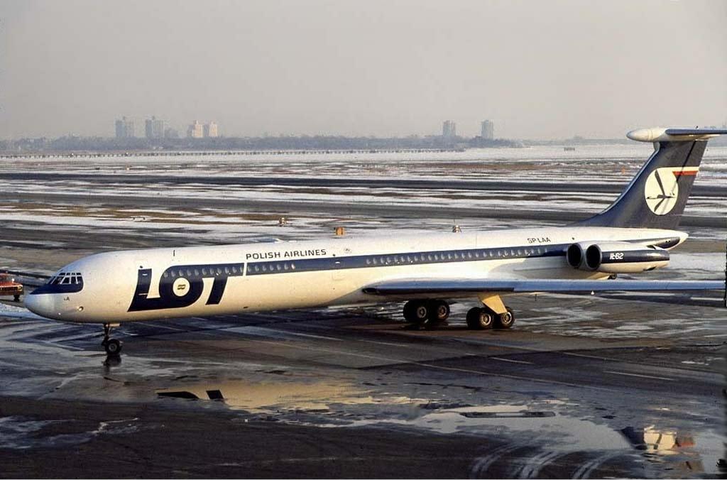 Ił-62, który uległ katastrofie (nr rej. SP-LAA). Zdjęcie wykonano na lotnisku w Nowym Jorku w styczniu 1979 roku (fot. Ken Rose / Wikimedia.org / GFDL 1.2)