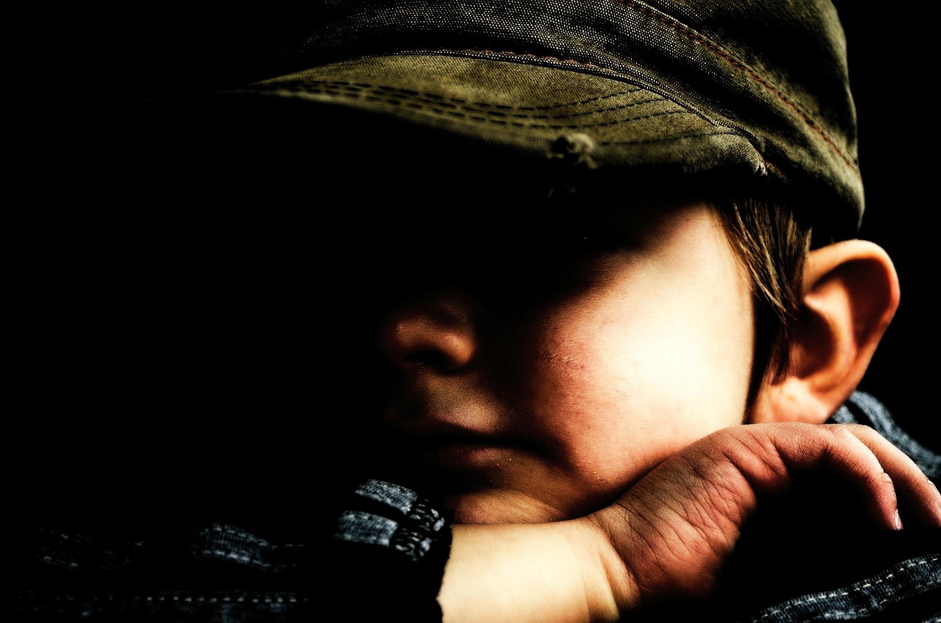 Każde dziecko, które pojawia się w rodzinie zastępczej, niesie ze sobą bagaż dramatycznych doświadczeń (fot. pixabay.com)